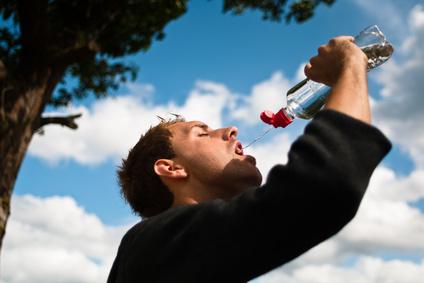 Sportler trinkt Wasser nach dem Training