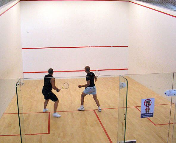 2 Männer spielen Squash