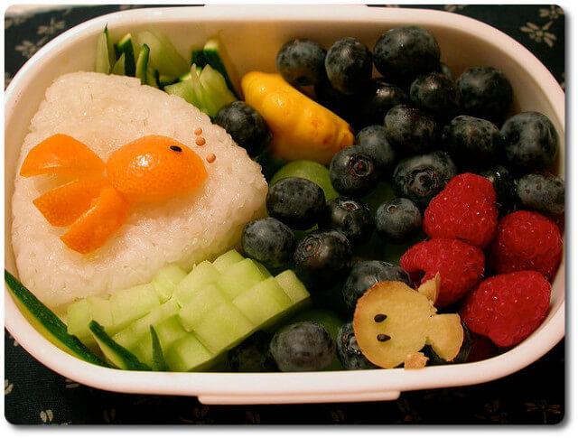 Gesunde ernährung mit frischem obst und genmüse cc by nc nd 2 0