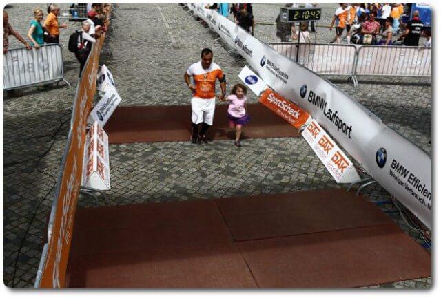 Stadtlauf Dresden Halbmarathon Zielfoto mit Ariane