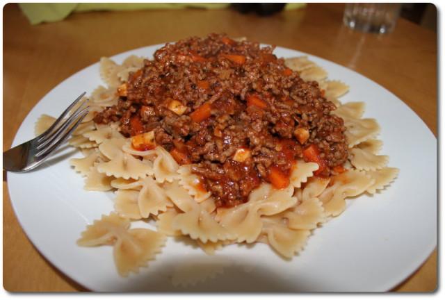 Barilla Pasta mit Bolgnesesoße auf einem Teller