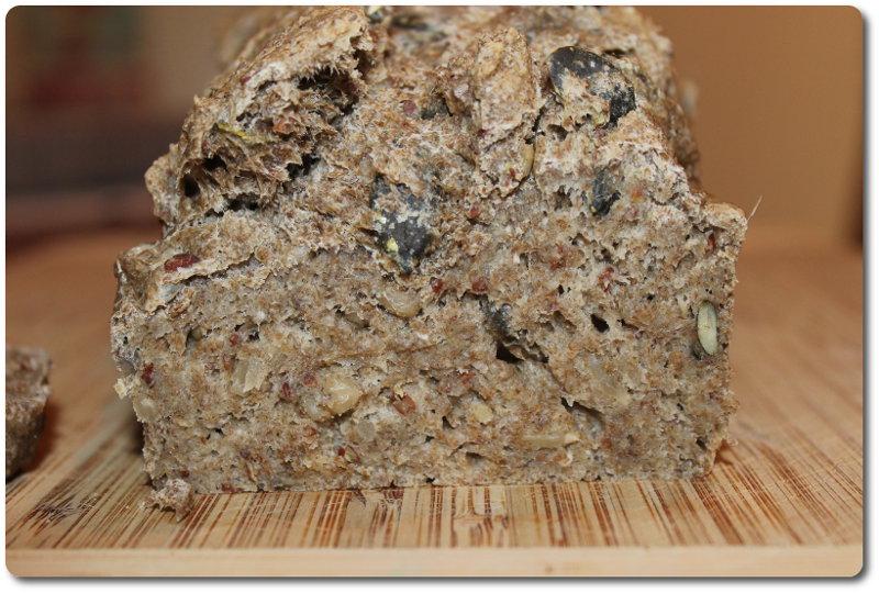 Chia Brot mit Kürbiskernen angeschnitten