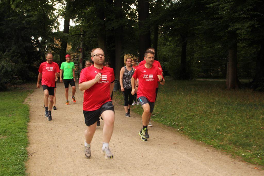 Steve Mucha (vorne links) ist einer der Teilnehmer der Energiehaus-Starthilfe. Er bereitet sich mit einer Gruppe und dem Lauftrainer und Olympiateilnehmer Silvio Schirrmeister auf den 5-Kilometerlauf HighFive vor.