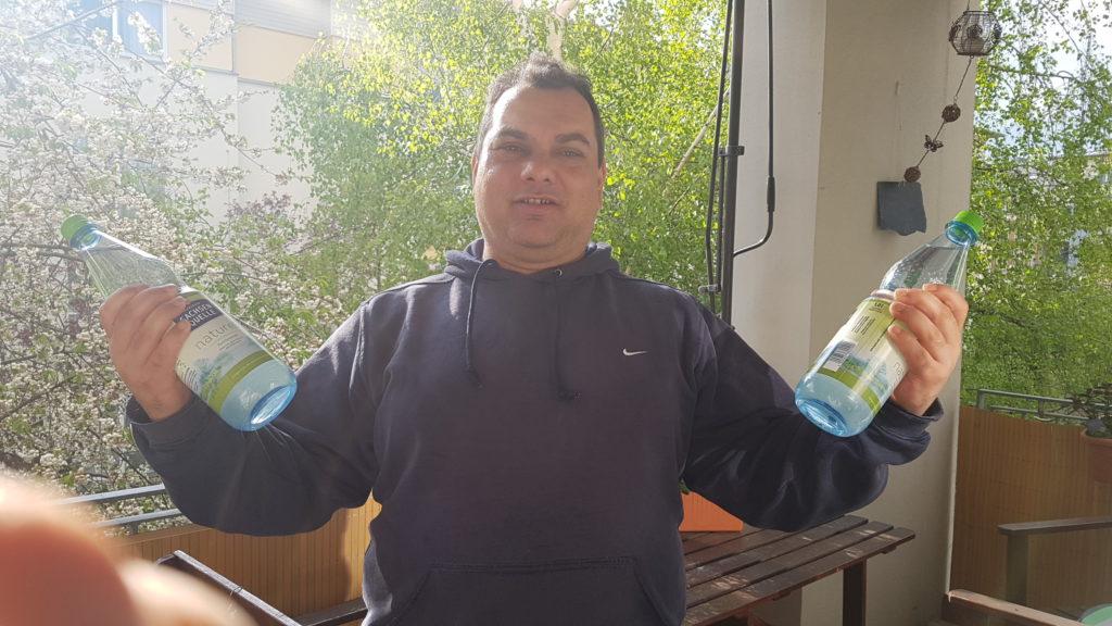Flaschen als Hanteln